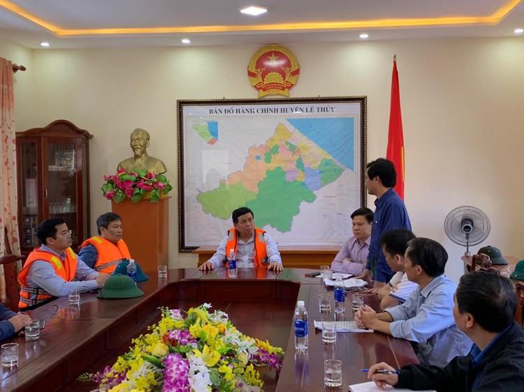 Bộ trưởng Nguyễn Chí Dũng tham gia đoàn công tác của Phó Thủ tướng Thường trực thăm hỏi nhân dân miền Trung ảnh 3