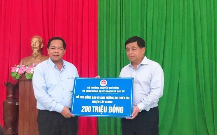 Bộ trưởng Nguyễn Chí Dũng tham gia đoàn công tác của Phó Thủ tướng Thường trực thăm hỏi nhân dân miền Trung ảnh 6