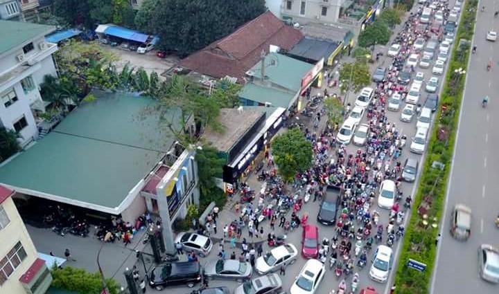Cư dân Home City xếp hàng trước cổng 177 Trung Kính phản đối chủ đầu tư ảnh 1