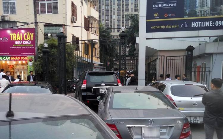Cư dân Home City xếp hàng trước cổng 177 Trung Kính phản đối chủ đầu tư ảnh 2