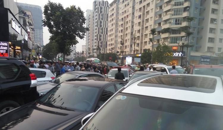Cư dân Home City xếp hàng trước cổng 177 Trung Kính phản đối chủ đầu tư ảnh 3