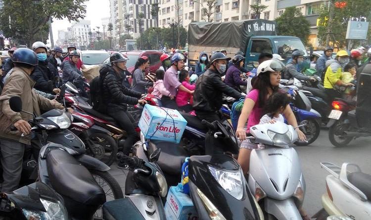 Cư dân Home City xếp hàng trước cổng 177 Trung Kính phản đối chủ đầu tư ảnh 4