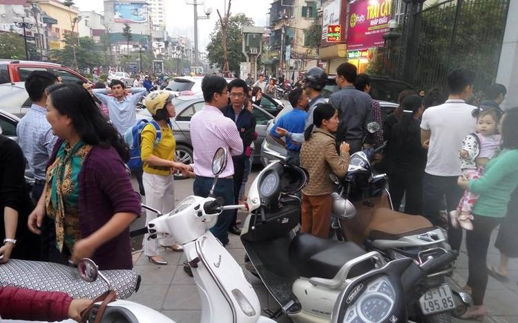 Cư dân Home City xếp hàng trước cổng 177 Trung Kính phản đối chủ đầu tư ảnh 5