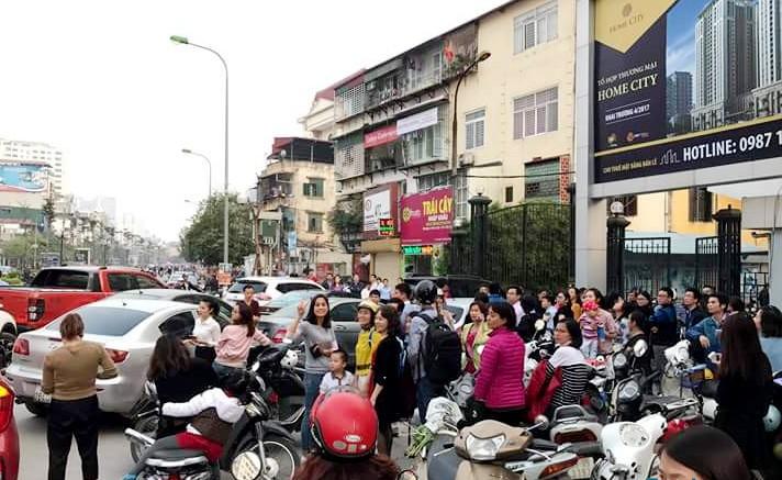 Cư dân Home City xếp hàng trước cổng 177 Trung Kính phản đối chủ đầu tư ảnh 6