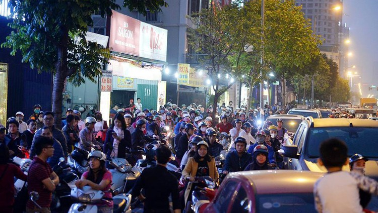 Cư dân Home City xếp hàng trước cổng 177 Trung Kính phản đối chủ đầu tư ảnh 8
