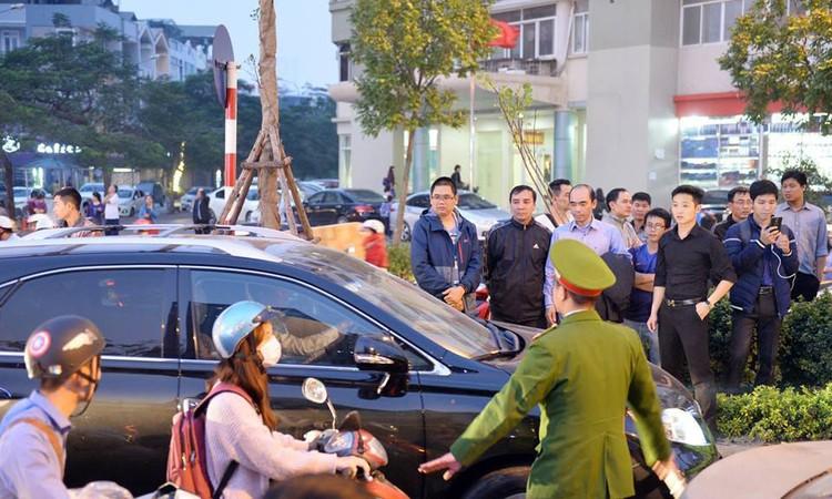Cư dân Home City xếp hàng trước cổng 177 Trung Kính phản đối chủ đầu tư ảnh 9