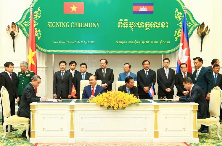 Thủ tướng Nguyễn Xuân Phúc hội đàm với Thủ tướng Campuchia ảnh 3