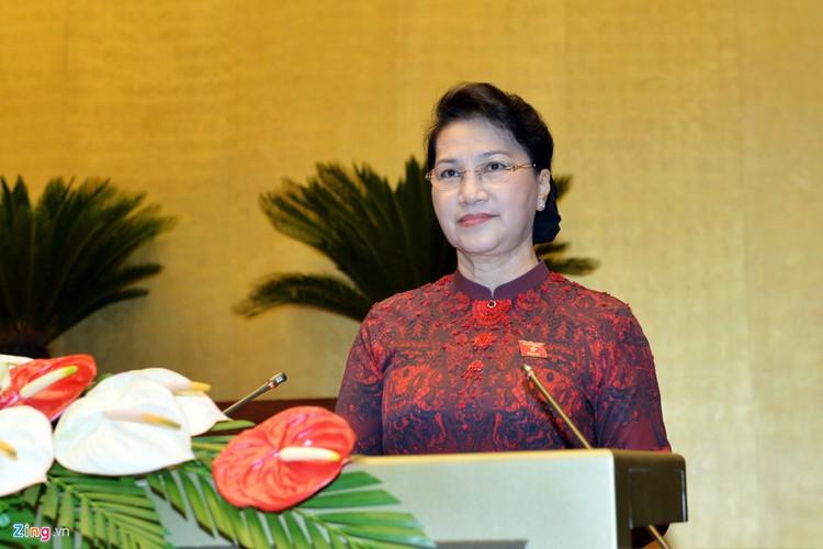 Đại biểu trò chuyện trong phiên khai mạc kỳ họp Quốc hội ảnh 2