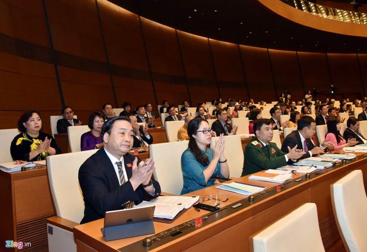 Đại biểu trò chuyện trong phiên khai mạc kỳ họp Quốc hội ảnh 3