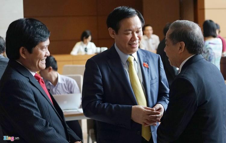 Đại biểu trò chuyện trong phiên khai mạc kỳ họp Quốc hội ảnh 7