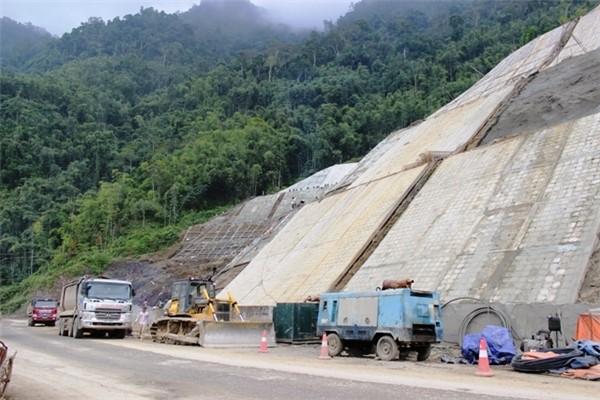 Bất thường trong chỉ định thầu nhiều dự án lớn ở tỉnh Hoà Bình ảnh 1