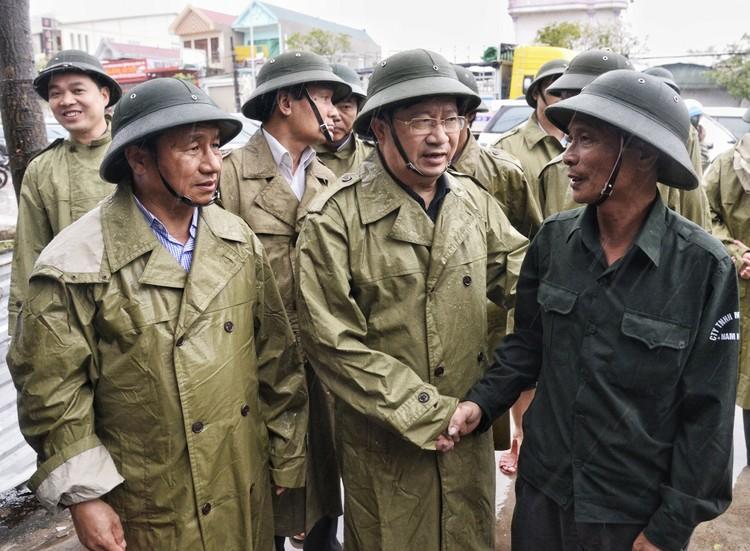 Phó Thủ tướng Trịnh Đình Dũng thị sát, chỉ đạo khắc phục hậu quả bão tại Hà Tĩnh ảnh 2