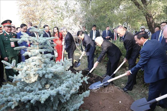 Tổng Bí thư Nguyễn Phú Trọng dâng hoa tại tượng đài Bác Hồ ở Moscow ảnh 1