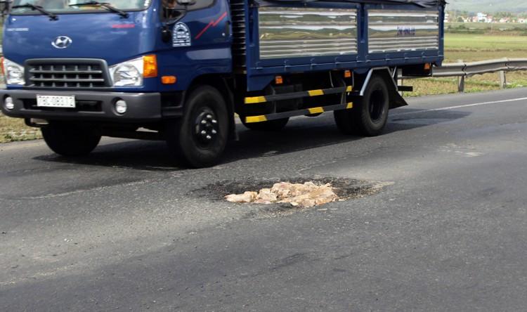 Bộ GTVT yêu cầu khắc phục ngay con đường chi chít ổ gà gây tai nạn chết người ảnh 2