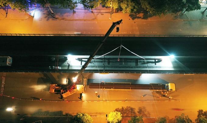 Công nhân trắng đêm chuyển ray lên đường sắt trên cao ở Hà Nội ảnh 1