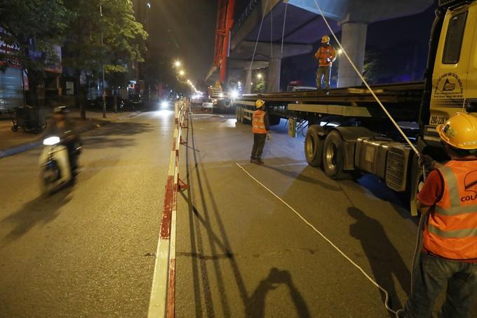 Công nhân trắng đêm chuyển ray lên đường sắt trên cao ở Hà Nội ảnh 2