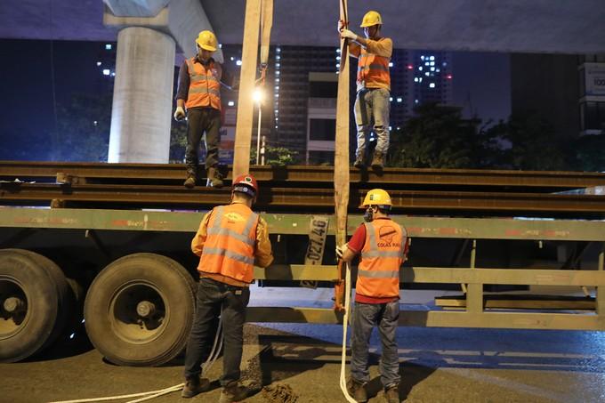 Công nhân trắng đêm chuyển ray lên đường sắt trên cao ở Hà Nội ảnh 5