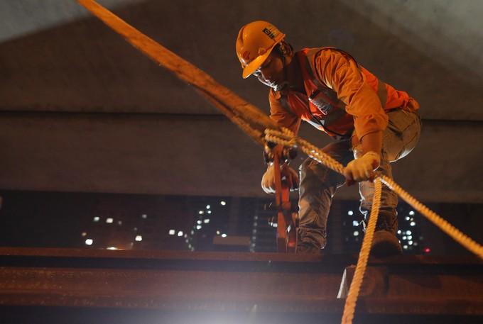 Công nhân trắng đêm chuyển ray lên đường sắt trên cao ở Hà Nội ảnh 6