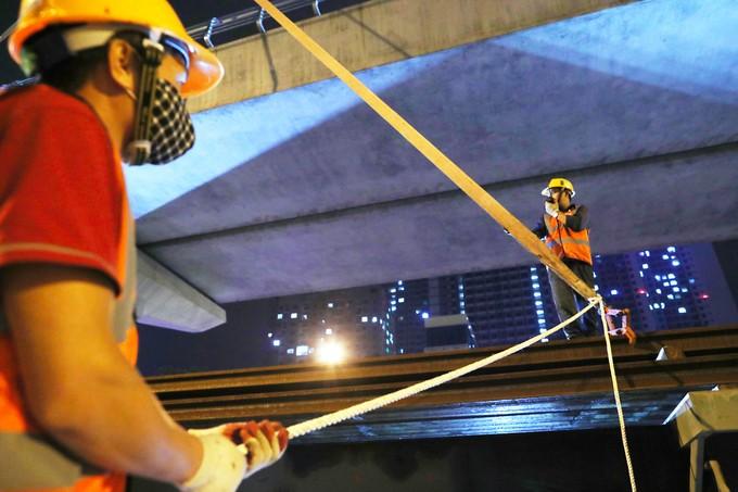 Công nhân trắng đêm chuyển ray lên đường sắt trên cao ở Hà Nội ảnh 7
