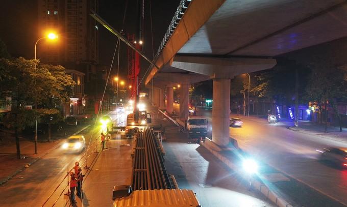 Công nhân trắng đêm chuyển ray lên đường sắt trên cao ở Hà Nội ảnh 8
