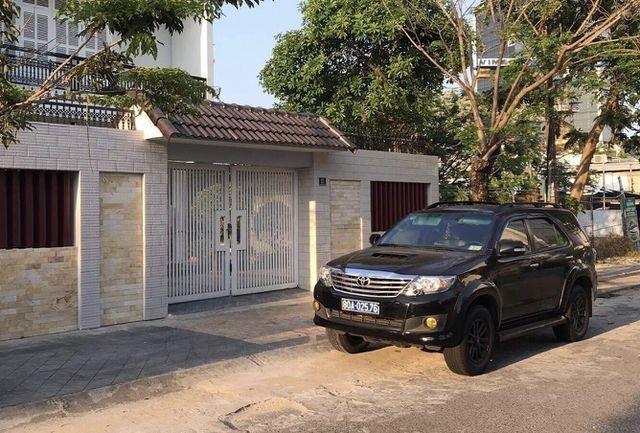 Công an khám xét nhà riêng 2 cựu lãnh đạo Sở Tài chính Đà Nẵng ảnh 1