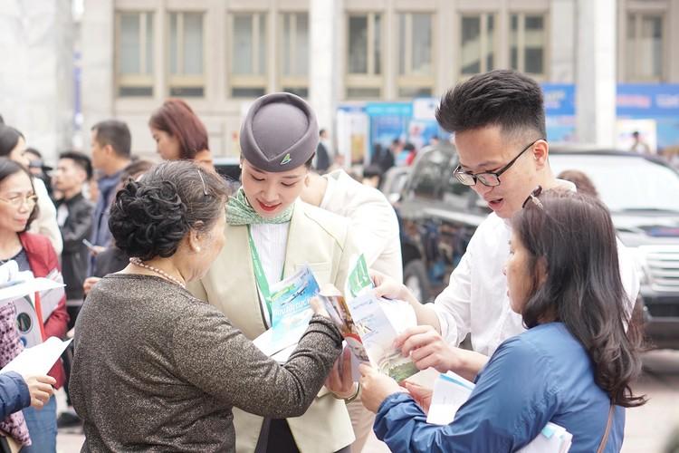 """Xếp hàng đông nghẹt """"săn"""" vé máy bay và combo du lịch trọn gói của Bamboo Airways ảnh 4"""
