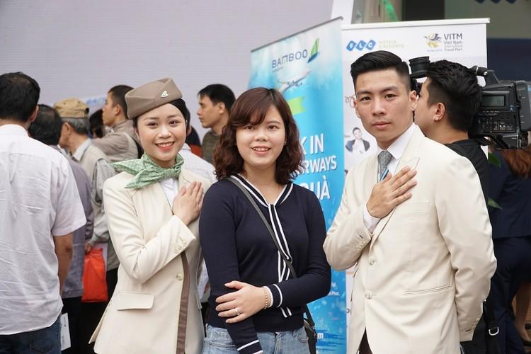 """Xếp hàng đông nghẹt """"săn"""" vé máy bay và combo du lịch trọn gói của Bamboo Airways ảnh 6"""
