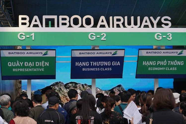 """Xếp hàng đông nghẹt """"săn"""" vé máy bay và combo du lịch trọn gói của Bamboo Airways ảnh 7"""