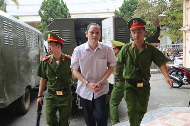 Hôm nay 2 cựu Phó Giám đốc Sở GD&ĐT hầu tòa vụ gian lận điểm thi ở Hà Giang ảnh 1