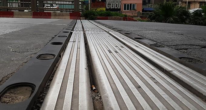 Hà Nội rào chắn để sửa chữa cầu Vĩnh Tuy ảnh 1