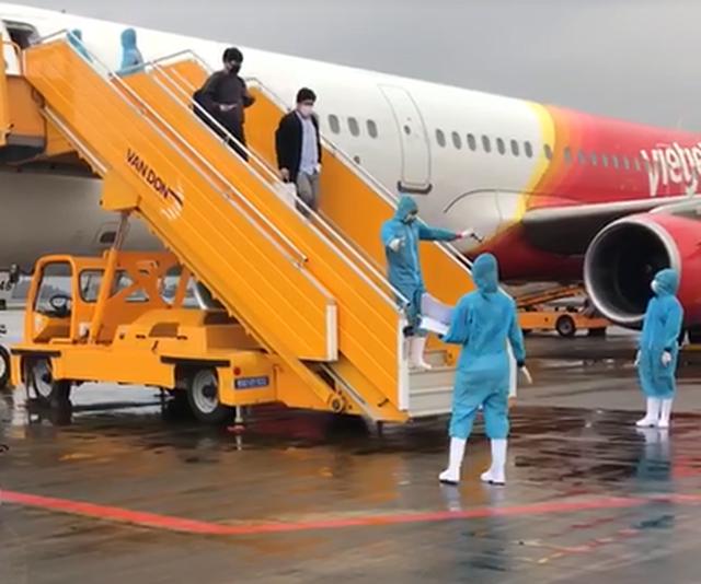 Quảng Ninh: Chuyến bay đầu tiên chở 221 người Việt từ Hàn Quốc hạ cánh xuống Vân Đồn ảnh 1