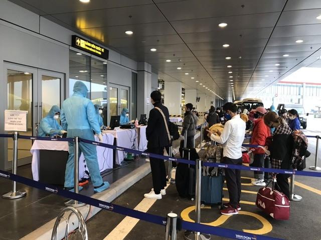 Quảng Ninh: Chuyến bay đầu tiên chở 221 người Việt từ Hàn Quốc hạ cánh xuống Vân Đồn ảnh 4