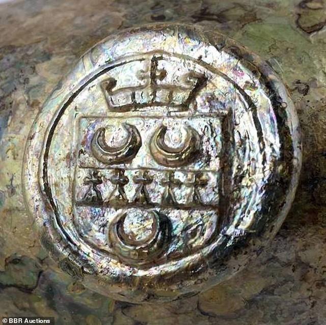 Đào đất, bất ngờ đào được chai rượu cổ trị giá 600 triệu đồng ảnh 1