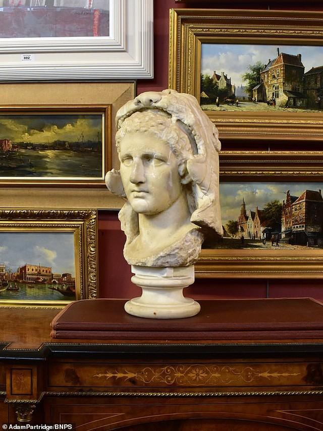 Đào được bức tượng cổ của Alexander Đại đế, bán lại với giá gần 11 tỷ đồng ảnh 1