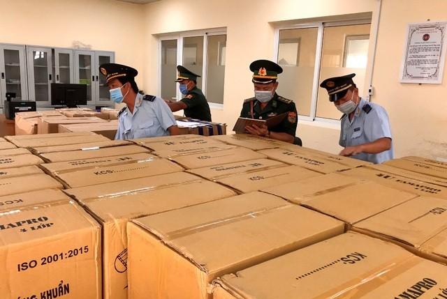 An Giang: Dùng xe tải chở 160.000 chiếc khẩu trang y tế qua Campuchia ảnh 1