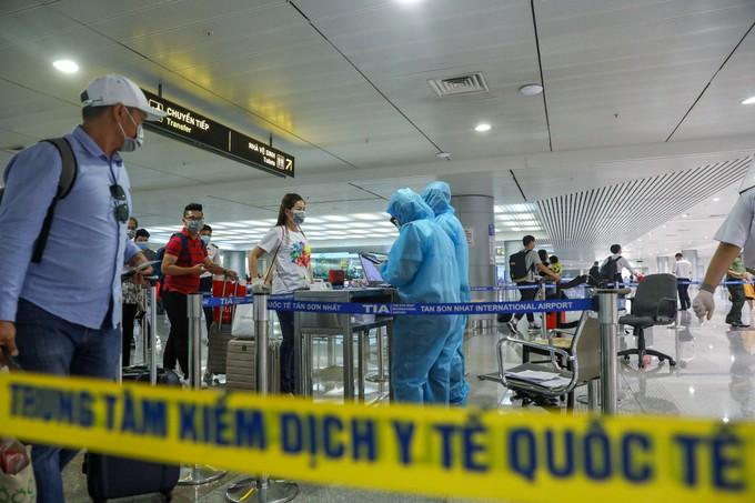 Tân Sơn Nhất trước giờ dừng cấp thị thực cho người nước ngoài ảnh 10