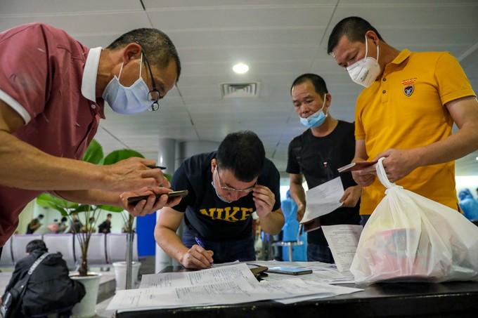 Tân Sơn Nhất trước giờ dừng cấp thị thực cho người nước ngoài ảnh 3