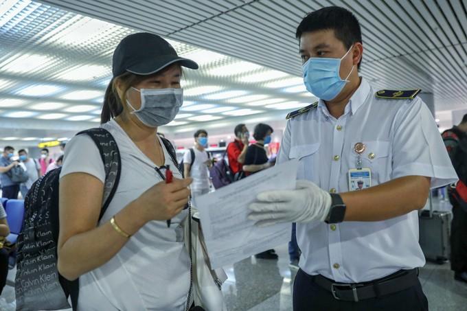 Tân Sơn Nhất trước giờ dừng cấp thị thực cho người nước ngoài ảnh 4