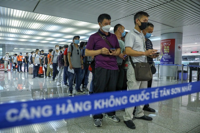 Tân Sơn Nhất trước giờ dừng cấp thị thực cho người nước ngoài ảnh 6