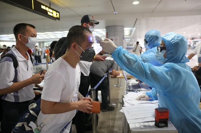Tân Sơn Nhất trước giờ dừng cấp thị thực cho người nước ngoài ảnh 8
