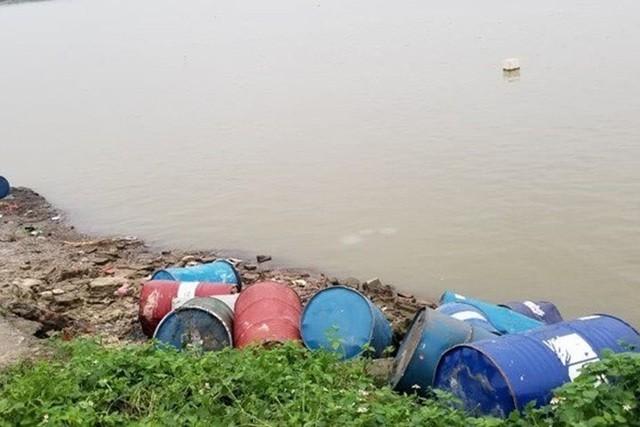 """Hà Nội: Khởi tố """"thương nhân"""" lén lút vứt hơn 3 tấn dầu thải ra sông Hồng ảnh 2"""
