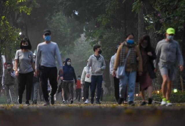 Nhộn nhịp cảnh tập thể dục quanh Hồ Gươm sau lệnh cách ly toàn xã hội ảnh 2