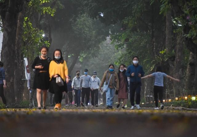 Nhộn nhịp cảnh tập thể dục quanh Hồ Gươm sau lệnh cách ly toàn xã hội ảnh 5