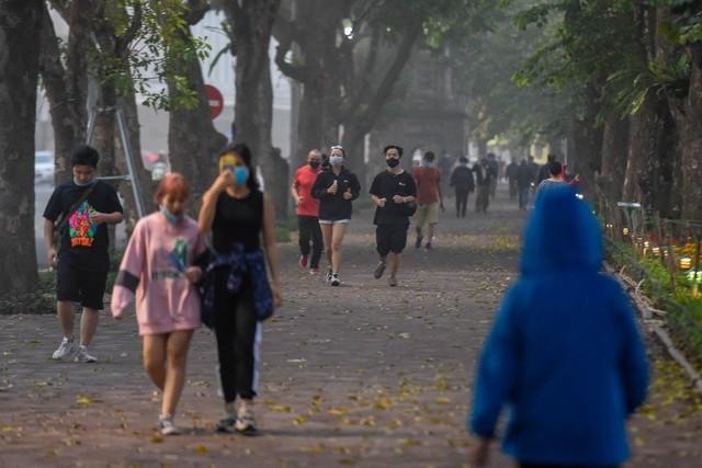 Nhộn nhịp cảnh tập thể dục quanh Hồ Gươm sau lệnh cách ly toàn xã hội ảnh 7