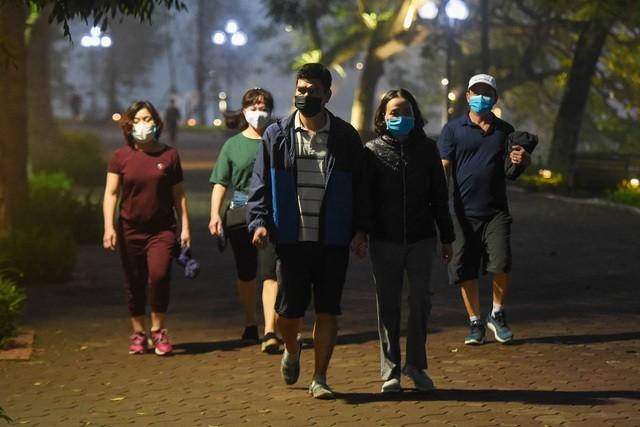 Nhộn nhịp cảnh tập thể dục quanh Hồ Gươm sau lệnh cách ly toàn xã hội ảnh 9