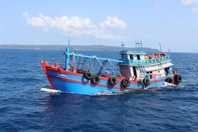 Kiên Giang: Cảnh sát biển 4 tạm giữ tàu chở 50.000 lít dầu không rõ nguồn gốc ảnh 1