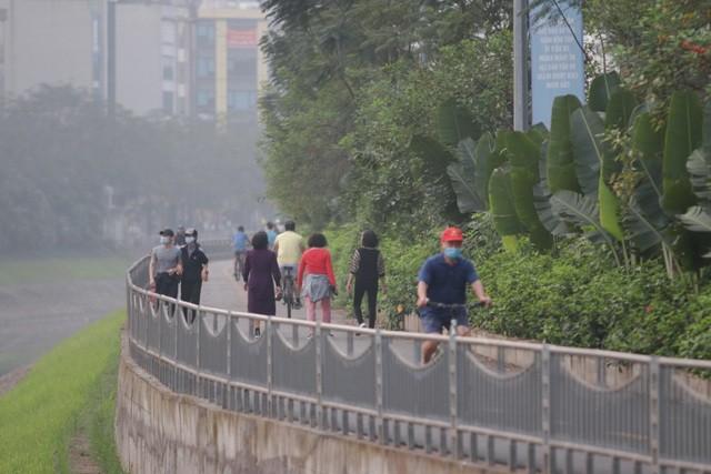 Nhộn nhịp tập thể dục trên con đường đi bộ dài nhất Hà Nội ảnh 12