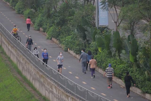 Nhộn nhịp tập thể dục trên con đường đi bộ dài nhất Hà Nội ảnh 13