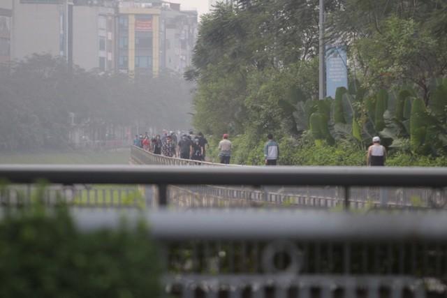 Nhộn nhịp tập thể dục trên con đường đi bộ dài nhất Hà Nội ảnh 1