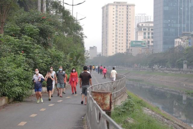 Nhộn nhịp tập thể dục trên con đường đi bộ dài nhất Hà Nội ảnh 2